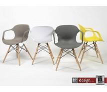 Hopek Schalenstuhl aus hochwertigem Kunststoff mit Holzspinnengestell in verschiedenen Farben